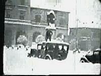 Taxista che libera l'auto da tanta neve (Click!)